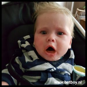 kokhalzen, baby, batboy, eerste hapje, fruithapje, proeven, wat eet je kindje met 8 maand