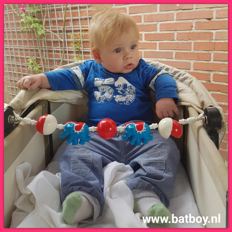 kindje, baby, 5 maand, ontwikkeling, batboy, zitten, belasten, ondersteuning
