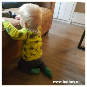 baby, 8 maand, batboy, mamablog, ontwikkeling kindje, optrekken