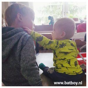 baby, broertjes, 8 maand, ontwikkeling, batboy, mamablog, nee