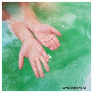 glibbi, glad, gekleurd water, water, slijm, bad, kinderen, batboy, mamablog, slijmmonster, tegenvaller