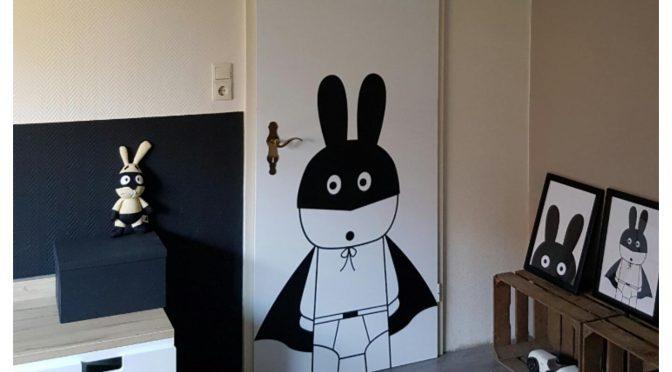 Met een deurposter wordt je saaie deur een echte eyecatcher!
