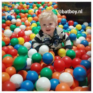dreumes, lopen, eten, batboy, baby, kind, jongen, spelen, eigenschappen, 1, 1 jaar, peuter, leeftijd