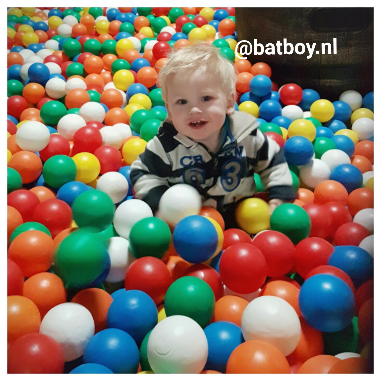 dreumes, lopen, eten, batboy, baby, kind, jongen, spelen