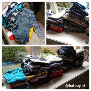 jongenskleding, kledingkast, kleine maatjes, een hele stapel, kledingkast van steigerhout
