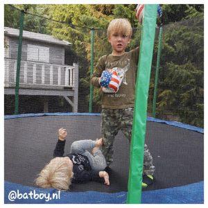 batboy, mamablog, trampoline voor de kinderen, jongens